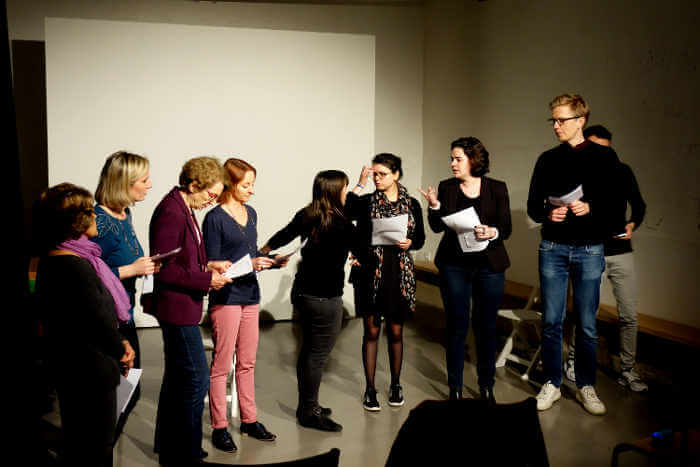 répétition de troupe de théâtre amateurs