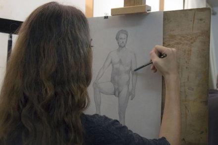 jeune fille dessinant nu dans atelier