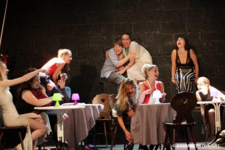 comédiennes sur scène à table riant
