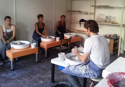 potiers dans atelier céramique