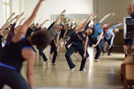 Des cours de danse contemporaine qui attirent novices et garçons