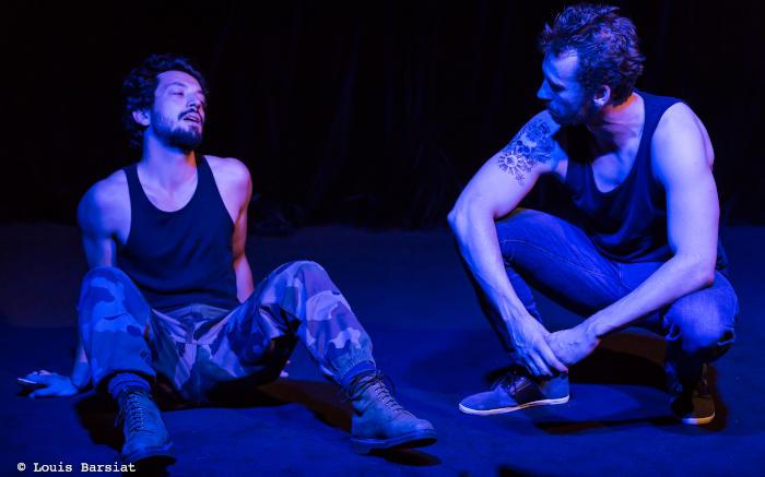 deux jeunes acteurs sur scène au sol