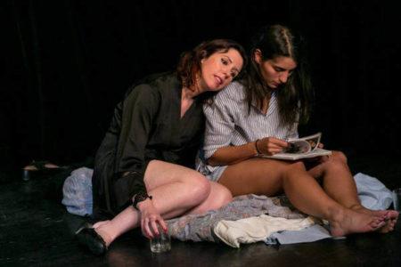 deux comédiennes assises sur le plateau