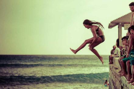 fille sautant à l'eau