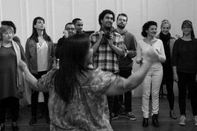 groupe de chorale gospel en répétition