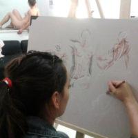 femme dessinant la morphologie d'une femme nue
