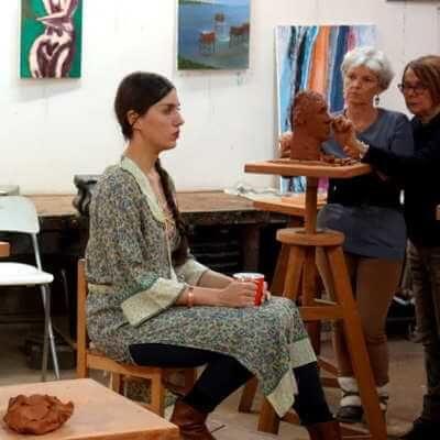 modèle posant pour cours de sculpture