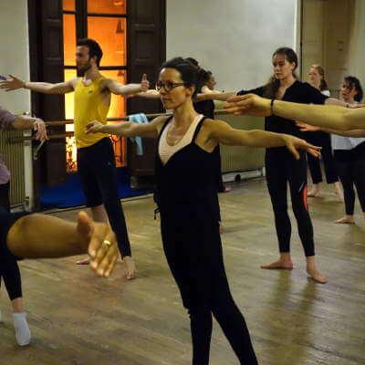 danseuse contemporaine pendant un cours
