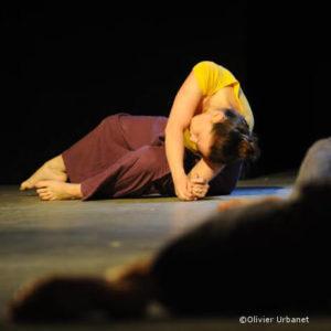 danseuse contemporaine au sol