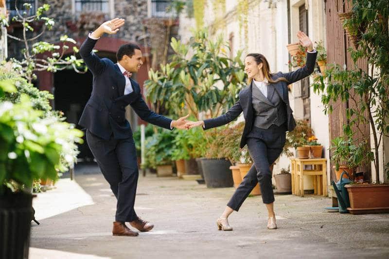 couple dansant du lindy dans la rue