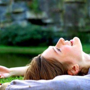 fille allongée sur l'herbe
