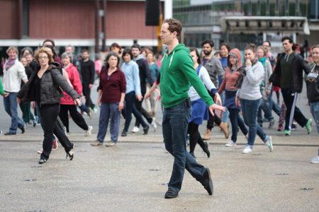 le public s'échauffe pour fous de danse