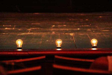 scène de théâtre avec ampoules