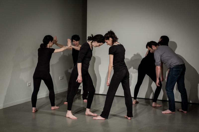 acteurs faisant un exercice de théâtre