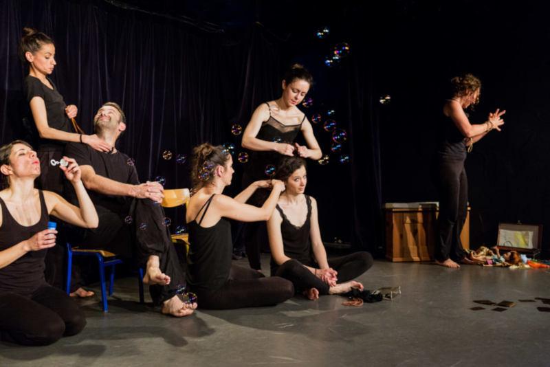 acteurs sur une scène faisant des bulles de savon