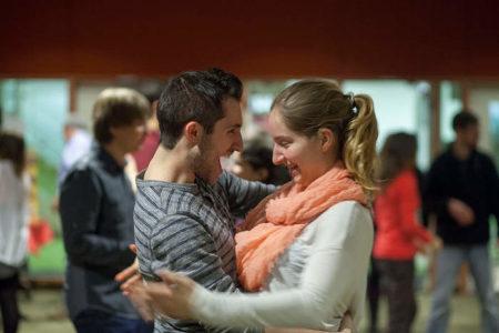 Couple de danseurs de salsa