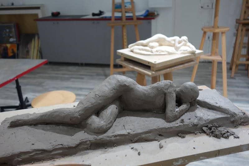 sculpture d'une femme couchée