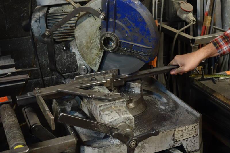 découpe d'une barre d'acier à la scie circulaire