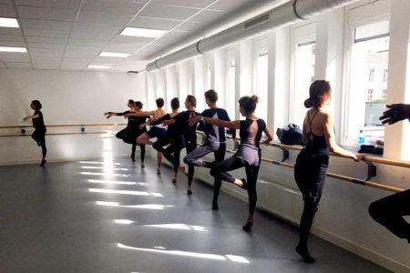 Un cours de danse classique dans le respect du style français