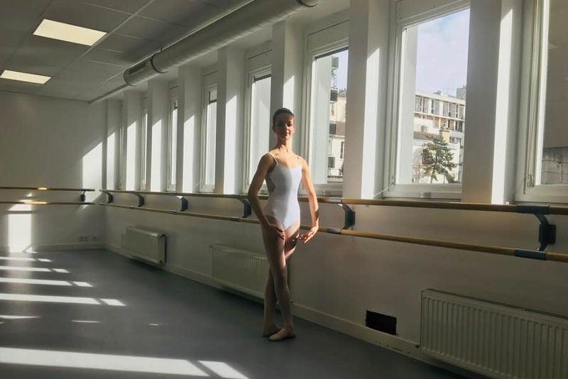 élève à la barre dans un cours de danse classique