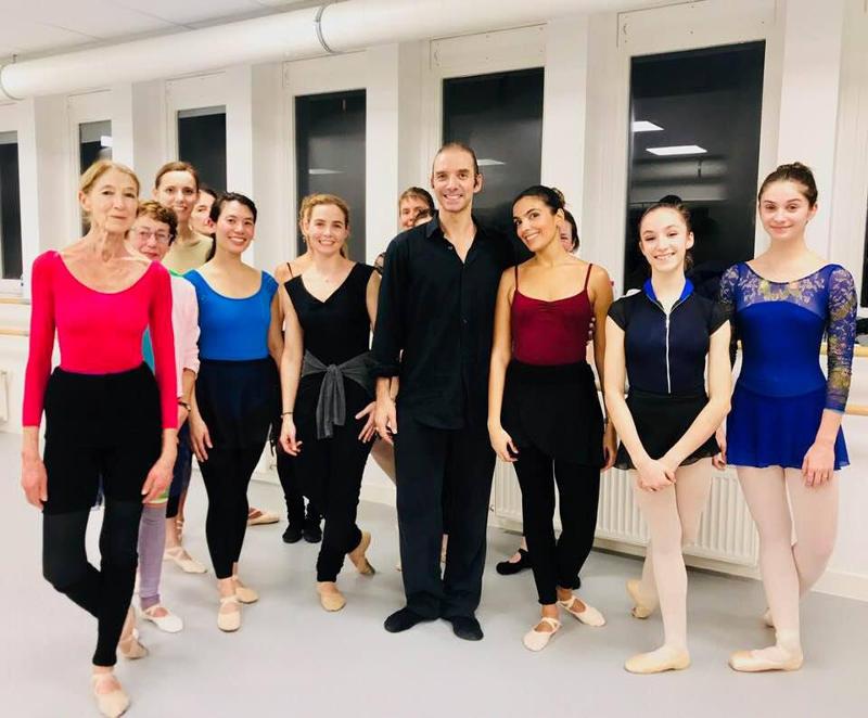 groupe d'élèves dans un cours de danse classique