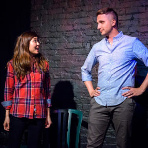 homme et femme sur scène se regardant en coin