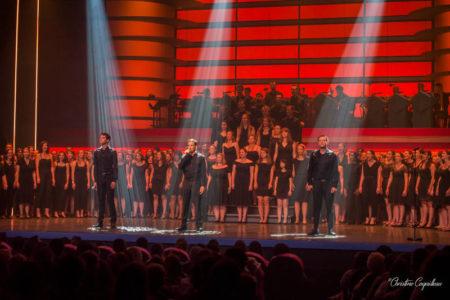 le choeur de comédie musicale spotlight sur scène