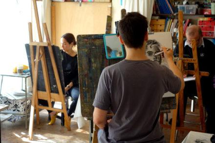 jeune homme dessinant son autoportrait