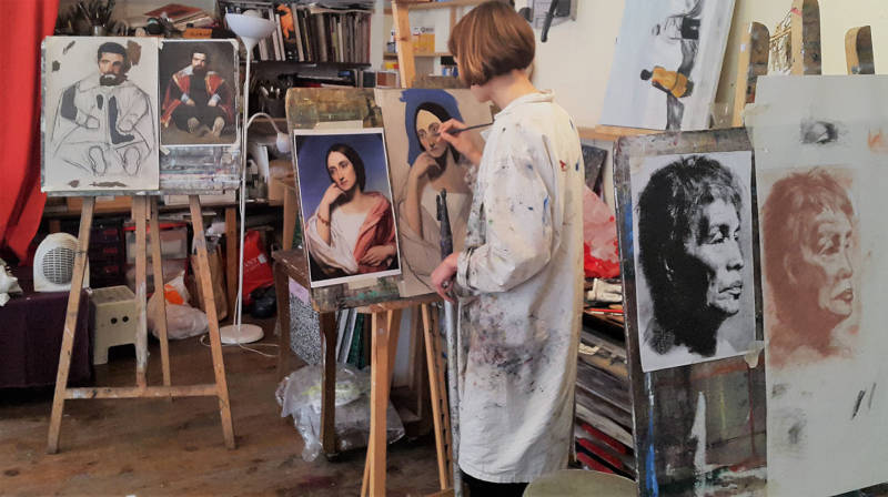 femme faisant une copie de tableau