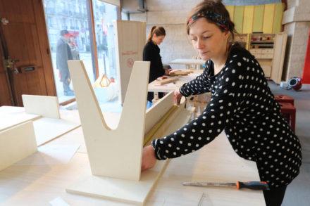 femmes réalisant un banc en bois