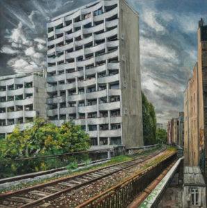 peinture d'immeuble et voie de chemin de fer