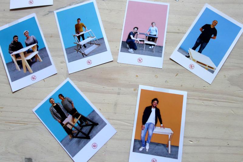 photos de meubles avec le créateur devant