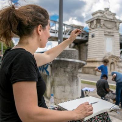 femme dessinant un pont parisien