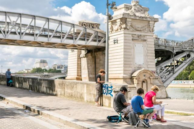 Trois personnes dessinant le pont d'Austerlitz