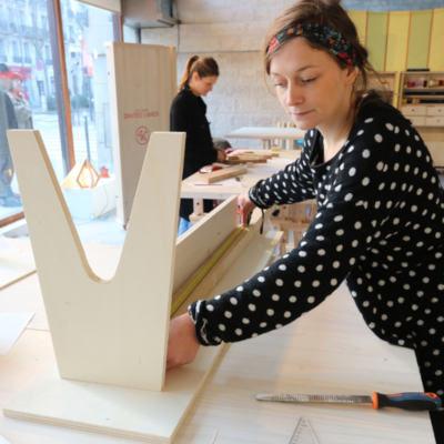 femme réalisant un banc en bois