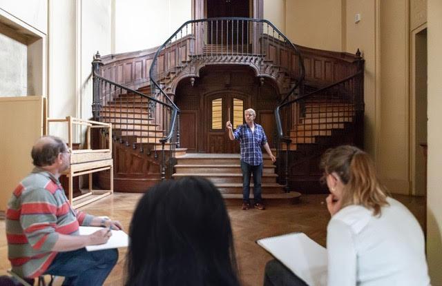 dessinateurs face à un escalier intérieur