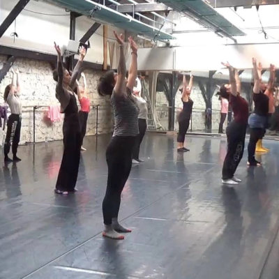 femmes debout bras tendus dans studio de danse