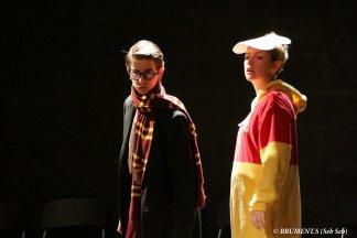 deux acteurs sur scène improvisant