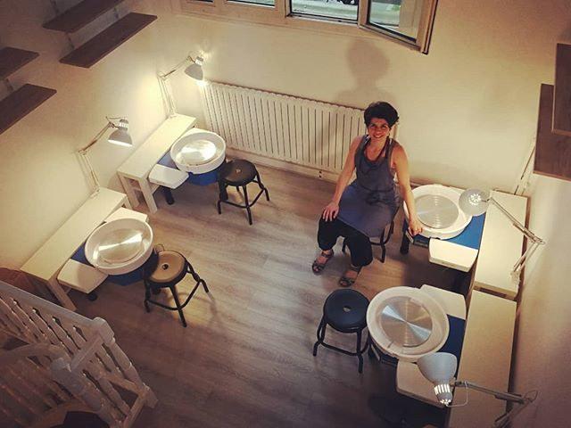 fernanda prof de poterie dans son atelier
