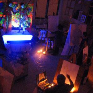 atelier de nuit et personnes dessinant