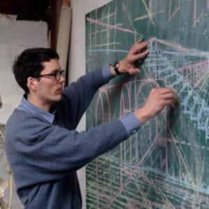 professeur dessinant des lignes de fuite et perspective sur tableau noir