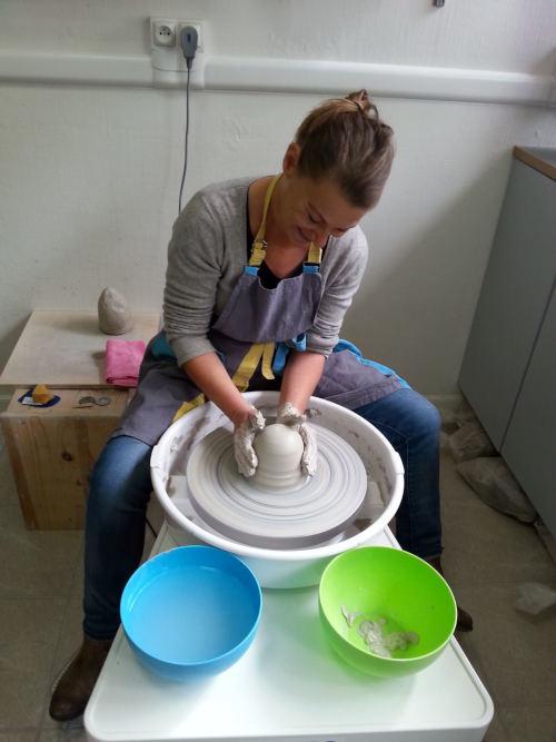 femme utilisant un tour de potier
