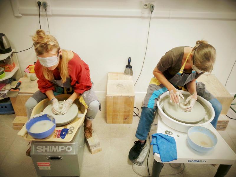 femmes faisant de la poterie les yeux bandés