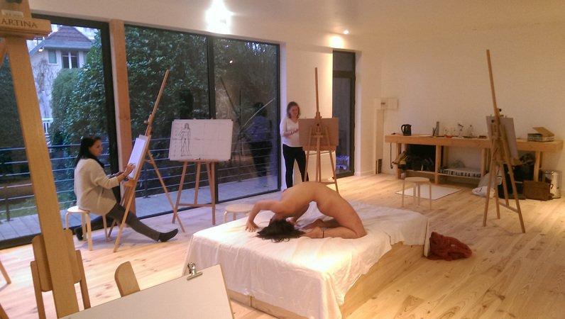 atelier de dessin avec femme modèle nu recourbée