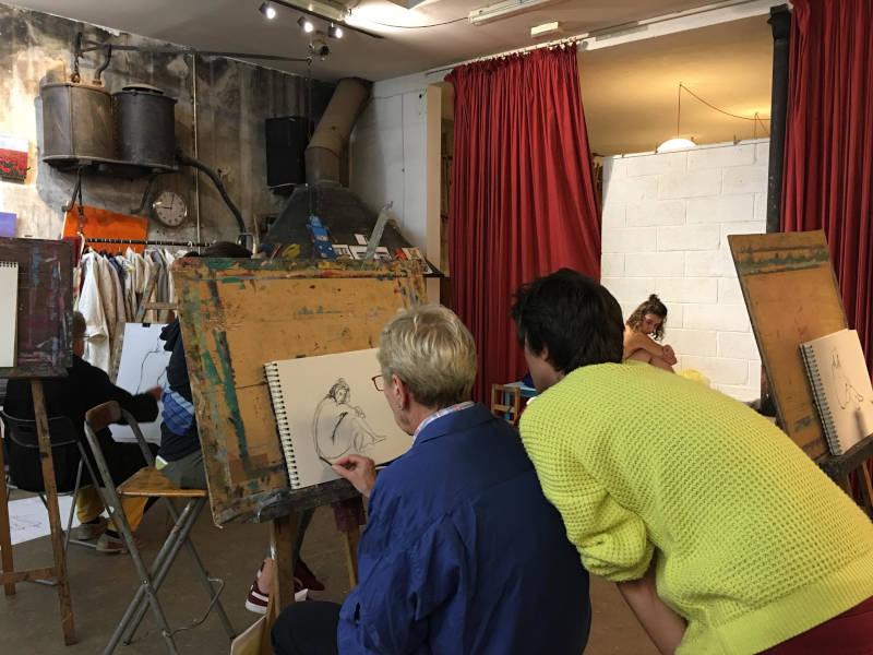 cours de dessin de modèle vivant dans un atelier parisien