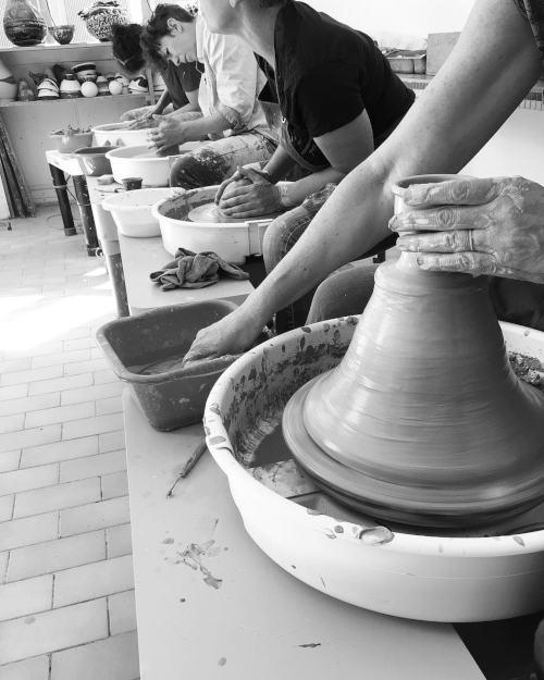 gros plan sur vase sur tour de potier