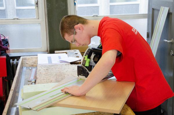 jeune concevant un meuble d'ébénisterie