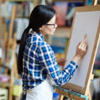 dessinatrice dans atelier