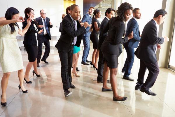 salariés qui dansent