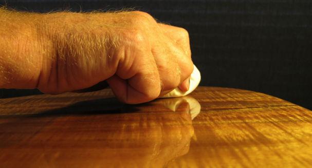 application de vernis au tampon sur une table en bois